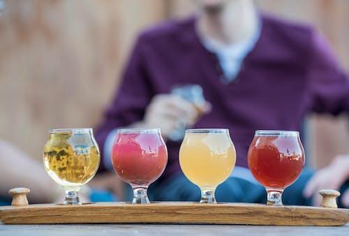 Darmowe zdjęcie z galerii z bar, kieliszki do wina, koktajle, lada