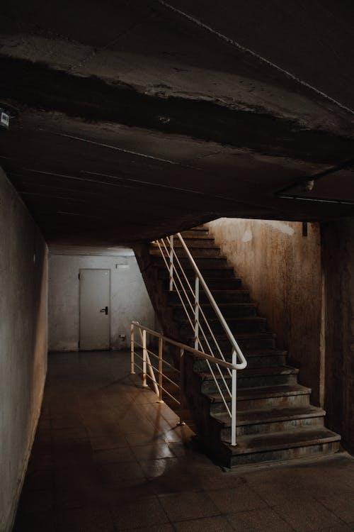 Escalera De Construcción Con Barandilla Blanca