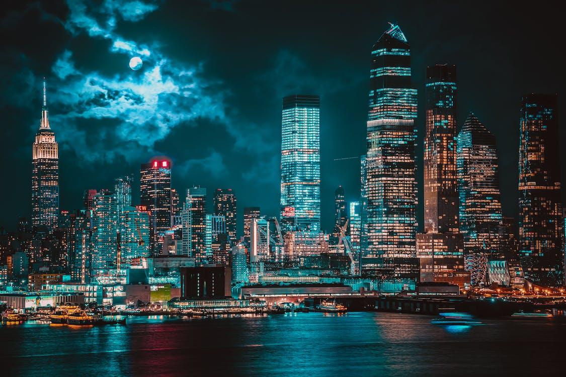 夜間の高層ビル