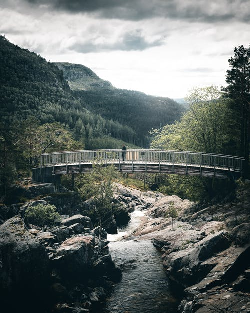 Gratis stockfoto met architectuur, berg, Bos, brug