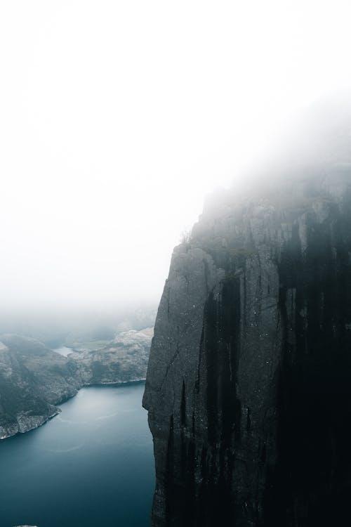 Foto d'estoc gratuïta de amb boira, boira, fiord, lysefjord