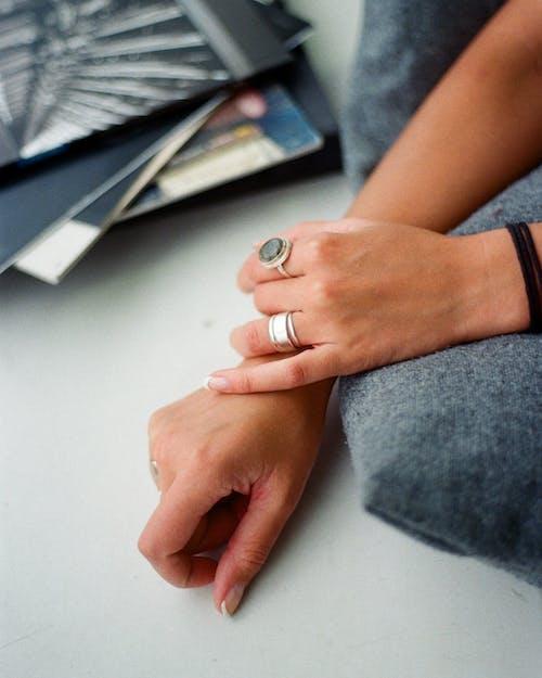 Fotos de stock gratuitas de accesorios, anillos, joyas, manos