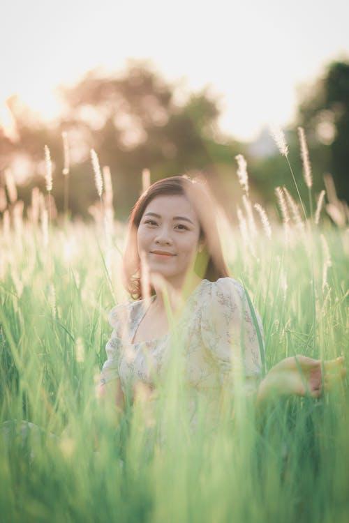 Ingyenes stockfotó ázsiai nő, fű, füves terület, mező témában