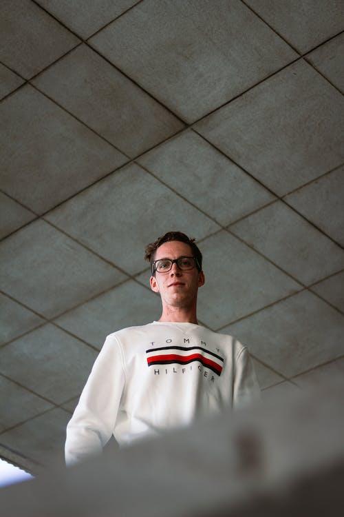 Fotos de stock gratuitas de blanco, de pie, foto de ángulo bajo, gafas