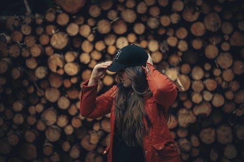 Darmowe zdjęcie z galerii z brunetka, czerwony, kapelusz, kobieta