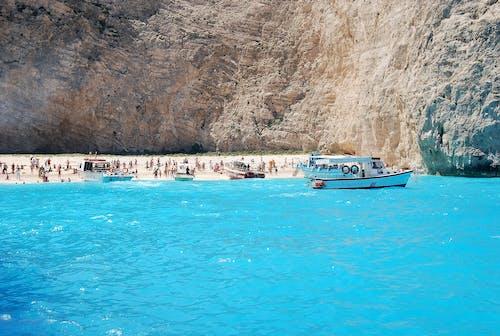 Immagine gratuita di acqua, azzurro, baia, barca