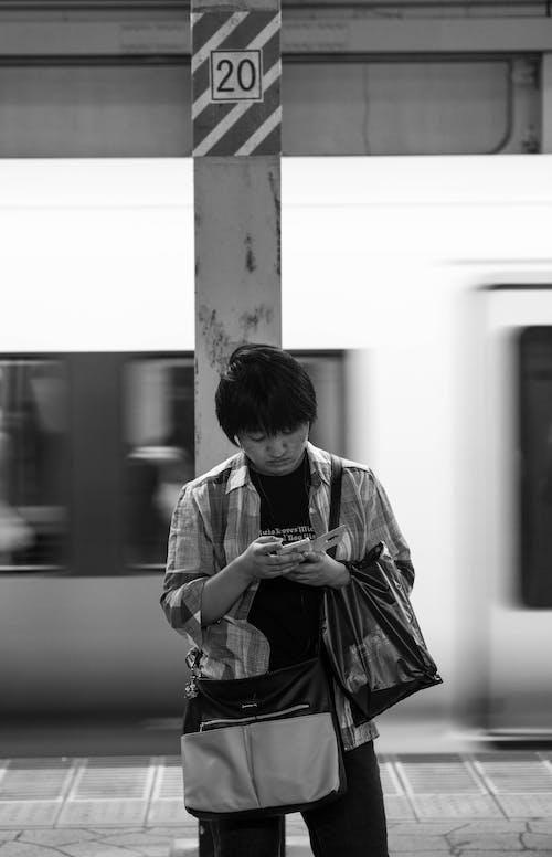 アジア人, インドア, テキスト, 交通機関の無料の写真素材