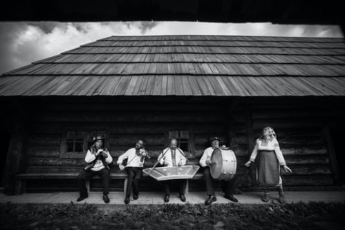 Fotobanka sbezplatnými fotkami na tému chata zguľatiny, dospelí, hudobné nástroje, hudobníci