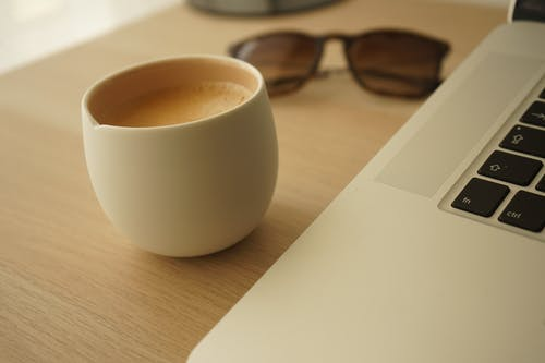 Darmowe zdjęcie z galerii z biurko, biuro, deweloper, gorąca kawa
