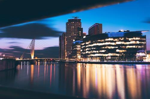 Foto profissional grátis de amarelo, arquitetura, azul, cidade da noite