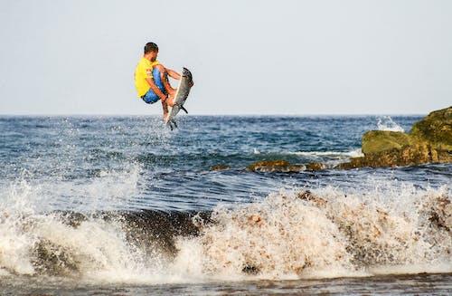 adam, dalgalar, deniz, deniz kıyısı içeren Ücretsiz stok fotoğraf