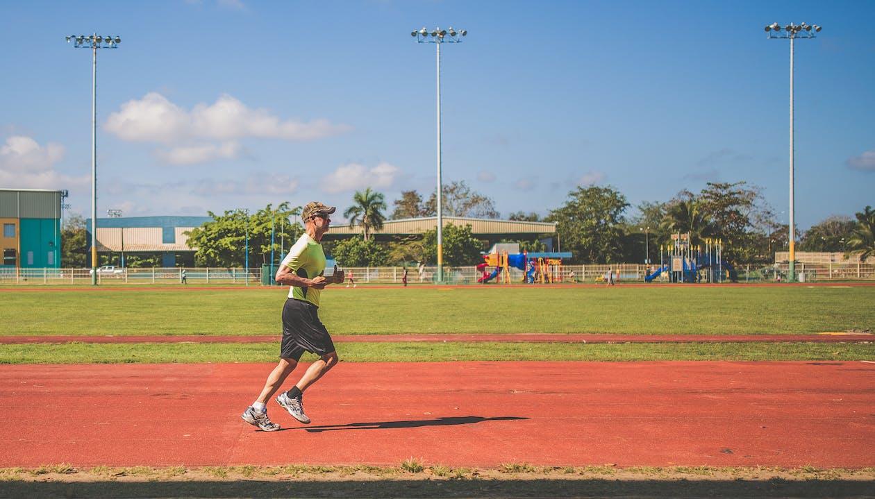 Homem Correndo Em Um Campo