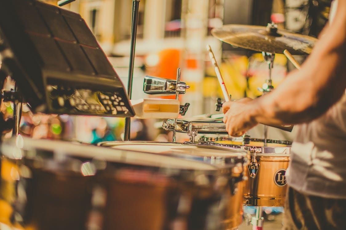 Человек, играющий на барабанах