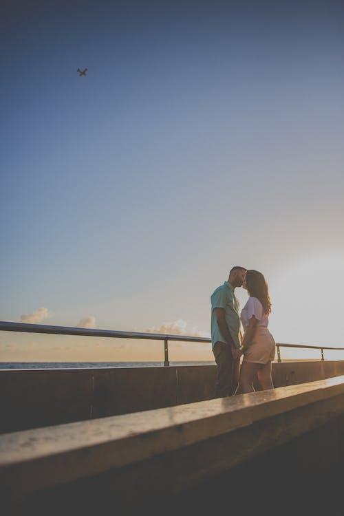 一對, 人, 女人, 接吻 的 免费素材照片