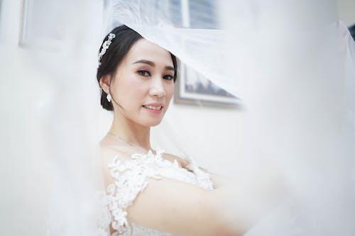Женщина в белом свадебном платье