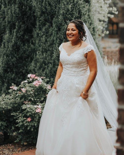 Mulher Em Vestido De Noiva Branco