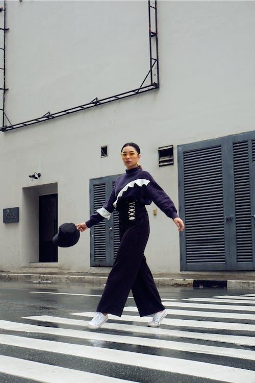 Foto profissional grátis de andando, desgaste, estilo, faixa de pedestres