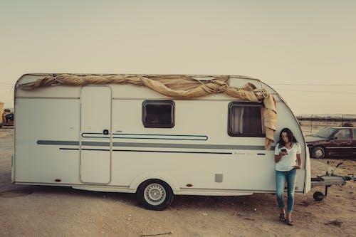 Kostenloses Stock Foto zu anhänger, campingplatz, frau, person