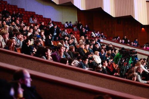 Les Gens Assis à Regarder Dans Le Théâtre