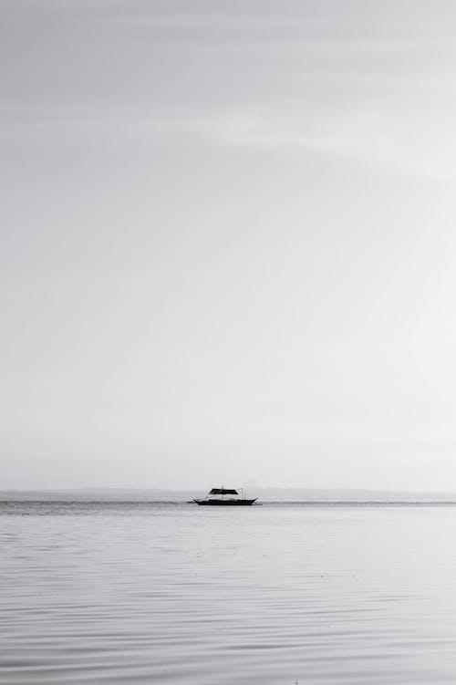 Darmowe zdjęcie z galerii z bambusowa łódź, czarno-biały, czysty