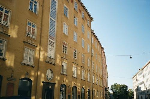 Foto profissional grátis de apartamento, arquitetura, construção, janelas