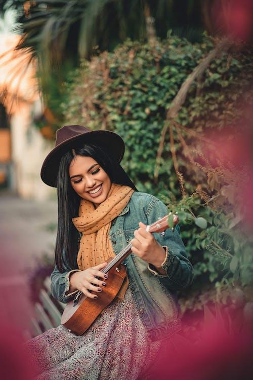 Immagine gratuita di bellissimo, carino, chitarra, donna