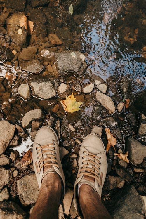 Foto d'estoc gratuïta de calçat, molt, peus, roques