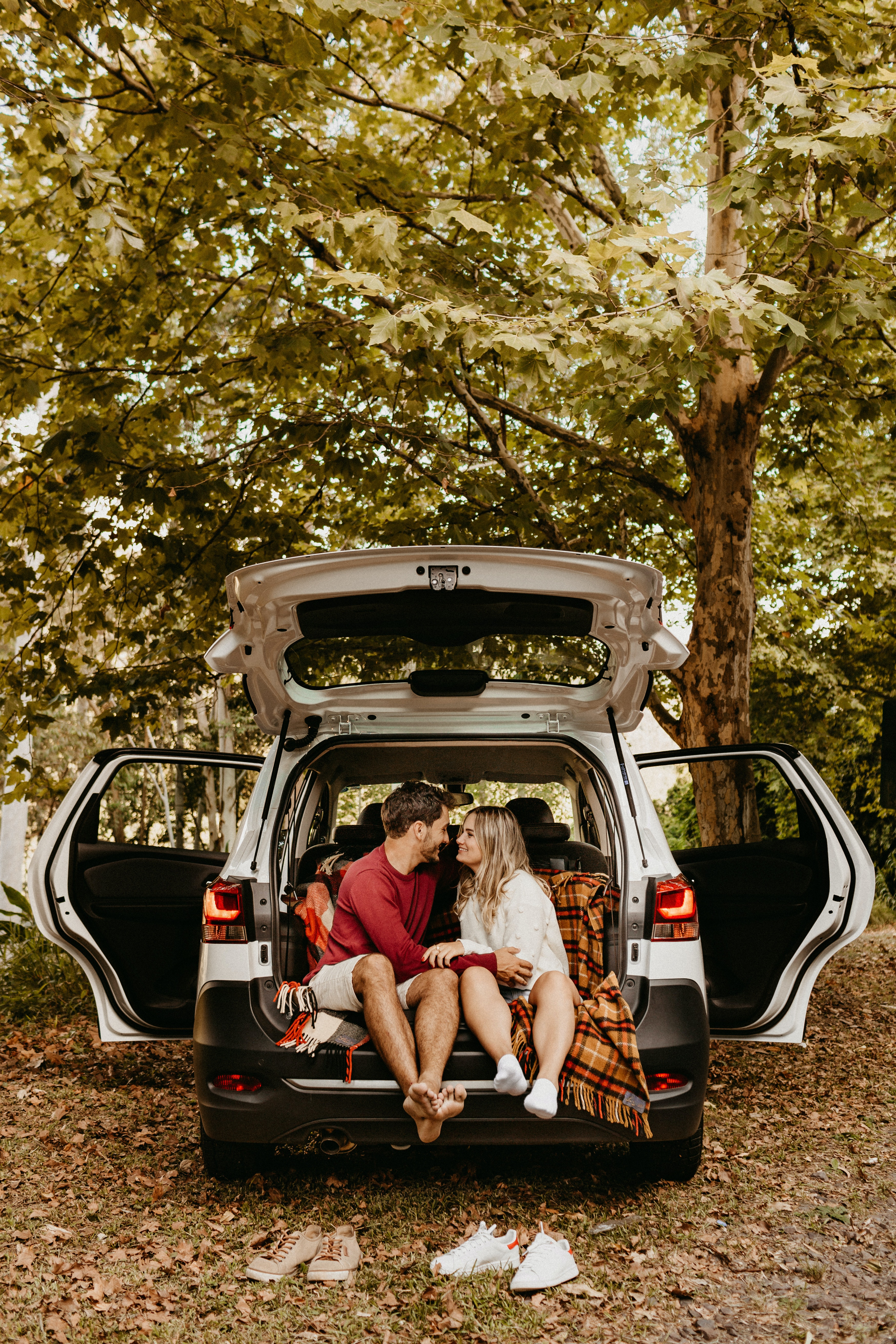 Couple sitting in the back of the car.   Photo: Pexels