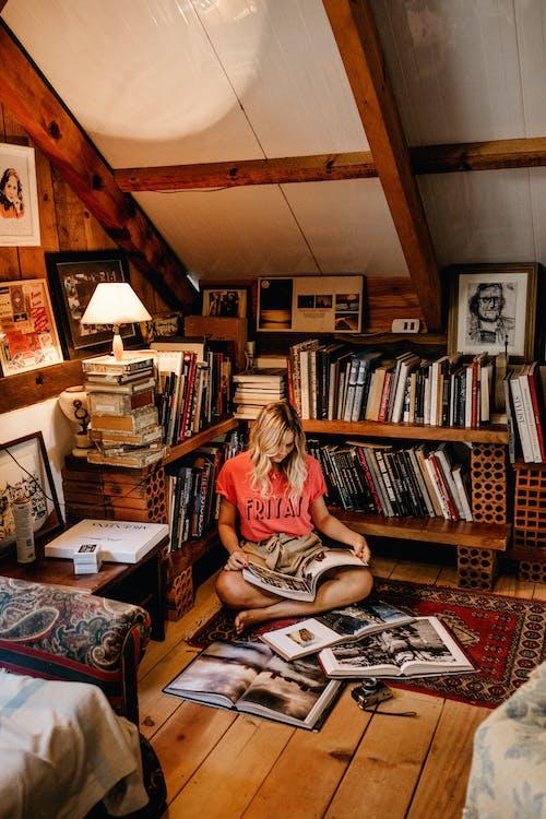 Darmowe zdjęcie z galerii z czas wolny, czytać, czytanie, dama