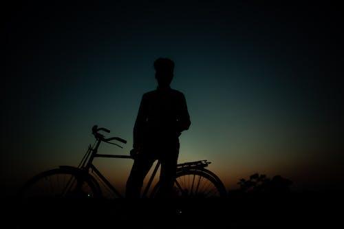 Kostenloses Stock Foto zu fahrrad, indischer junge, schatten, schattenbild des mannradfahrers auf fahrrad