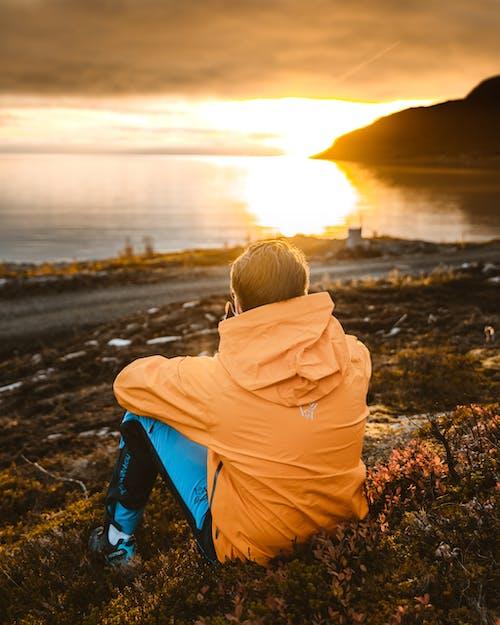 Foto Dell'uomo Seduto A Terra