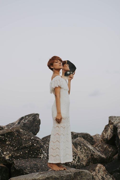 Безкоштовне стокове фото на тему «віддзеркалення, Гарний, жінка, носити»