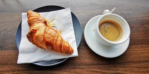 Fotos de stock gratuitas de Buenos días, café, cruasán, desayuno
