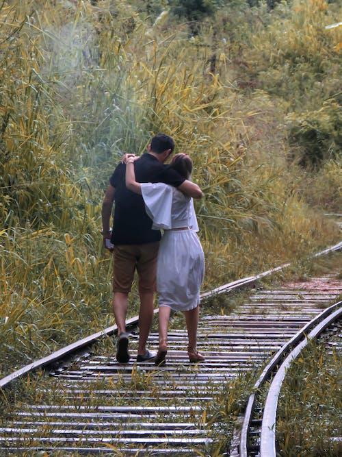 Gratis arkivbilde med bro, kjærlighetsskilt, par som går, parmål