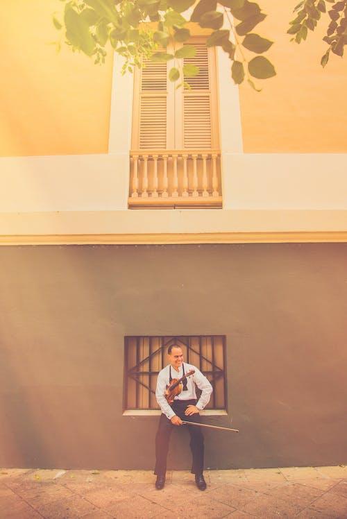 Foto d'estoc gratuïta de assegut, esbarjo, feliç, home