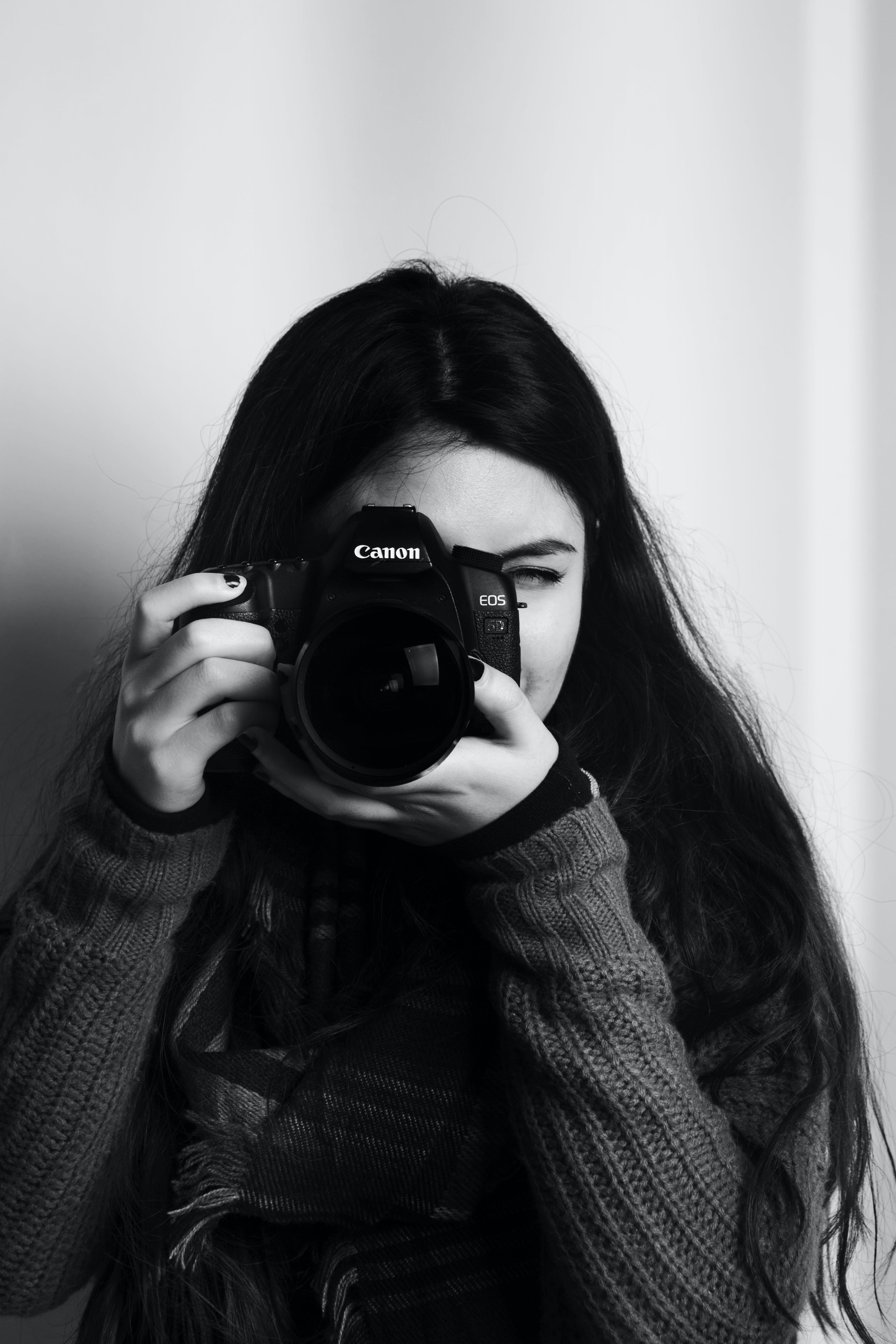 Gratis lagerfoto af Canon, dame, DSLR, fotograf