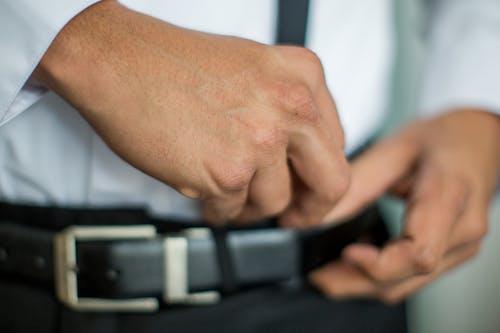 Immagine gratuita di cintura, mani, uomo