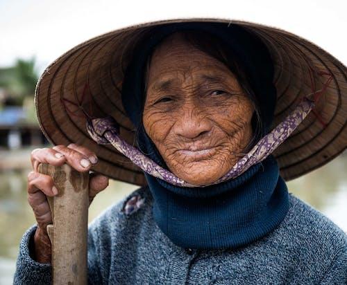 Darmowe zdjęcie z galerii z dorosły, kapelusz, kobieta, patrzący