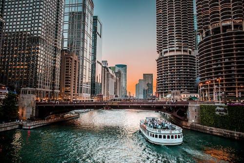 Gratis stockfoto met architectuur, binnenstad, boot, gebouwen