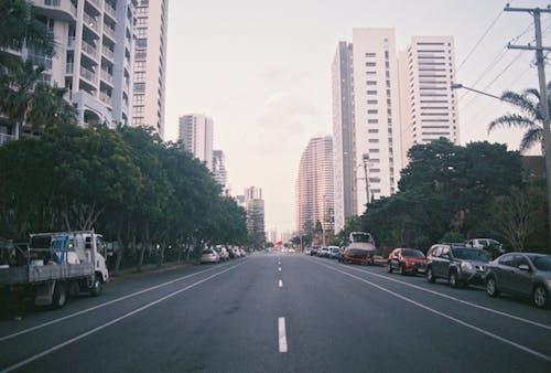 Безкоштовне стокове фото на тему «автомобілі, будівлі, Вулиця, дорога»