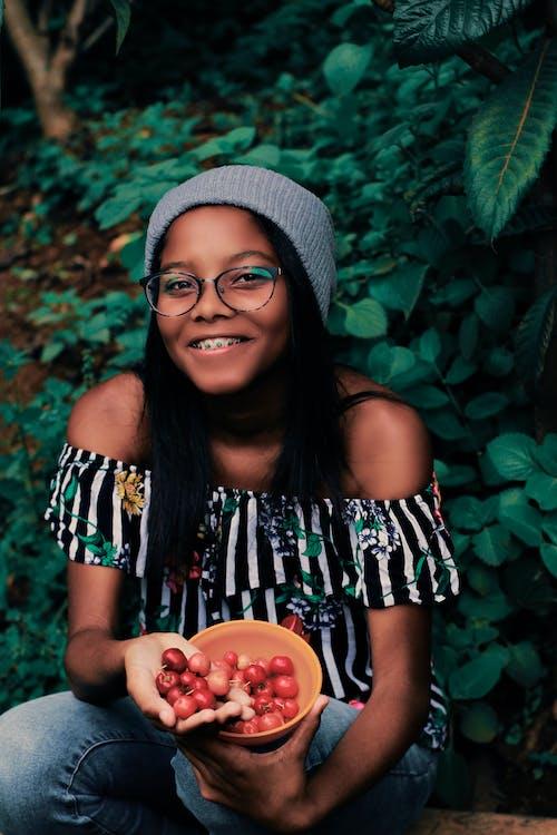 Gratis arkivbilde med afrikansk amerikansk jente, ansiktsuttrykk, avling, bolle