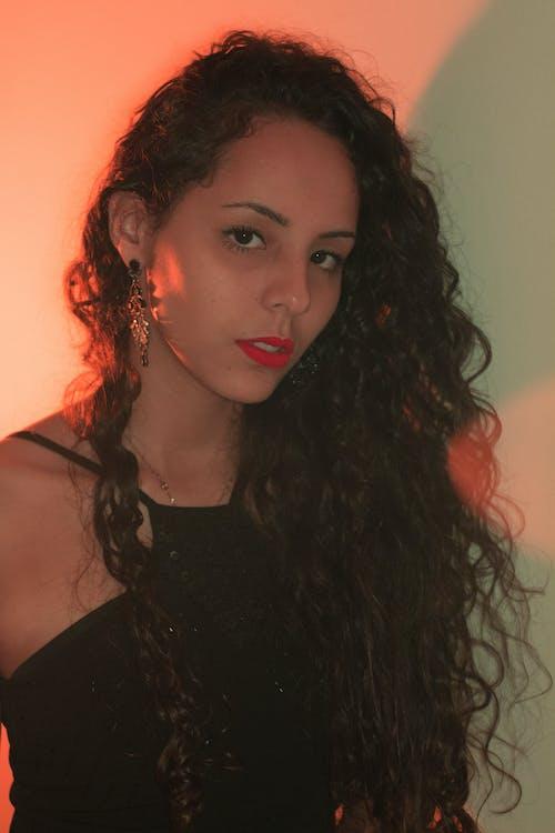 Fotobanka sbezplatnými fotkami na tému 20-25 ročná žena, bruneta, interiérový, krásna