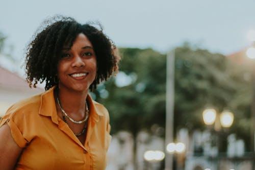 Foto d'estoc gratuïta de dona africana, Dona bonica, dona de raça negra, dona negra feliç