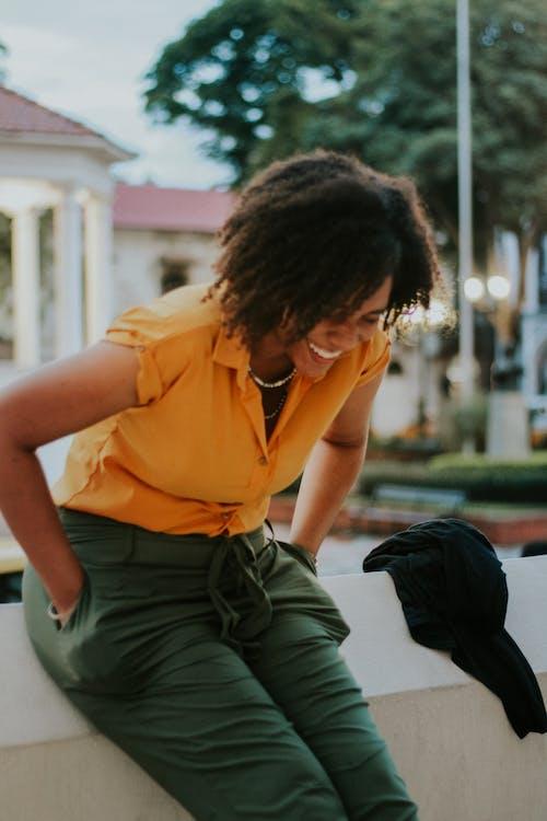 Foto d'estoc gratuïta de dona jove, dona negra feliç, feliç, nena