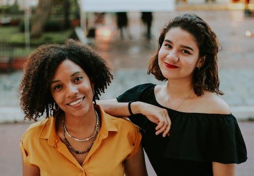 Foto d'estoc gratuïta de amics, amistat, blanc i negre, dona feliç