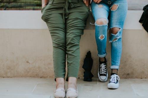 Foto d'estoc gratuïta de blanc i negre, noies joves, pantaló, pantaló texà blau