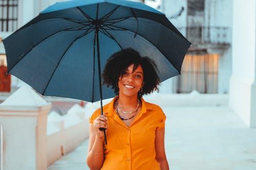 Foto d'estoc gratuïta de blau, dona africana, Dona bonica, dona de 20-25 anys