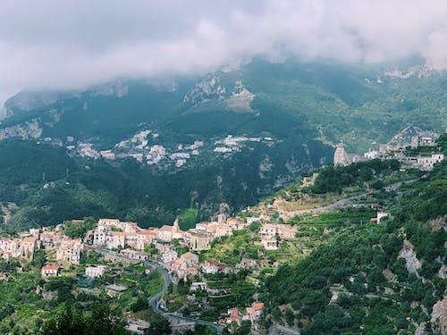 Бесплатное стоковое фото с амальфитанское, вершина горы, горные дома, город