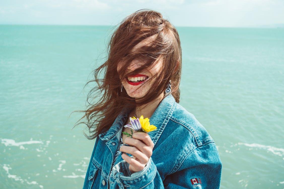 Foto Der Frau, Die Jeansjacke Trägt