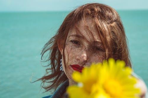 Foto Wanita Dengan Bibir Merah